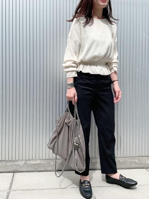 ZARAのリブ編みTシャツ×テーパードパンツ