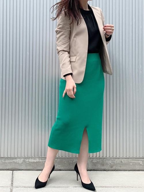 黒ブラウス×緑スカートのオフィスカジュアル