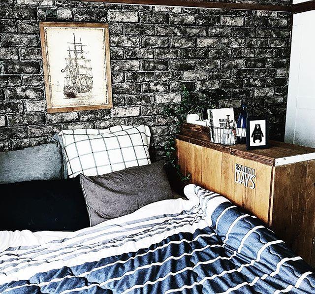 DIY木製棚をベッド横に置いたおしゃれ寝室