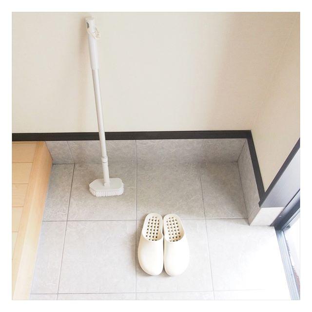 【無印】バス用ブラシで玄関のタイル掃除