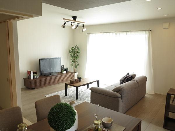 明るい居間の18畳LDKレイアウト