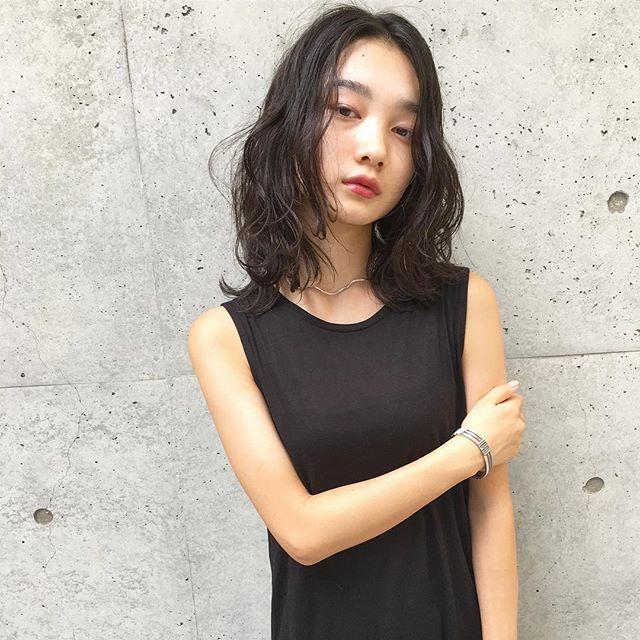スーツ 大人女性 髪型 ミディアム2