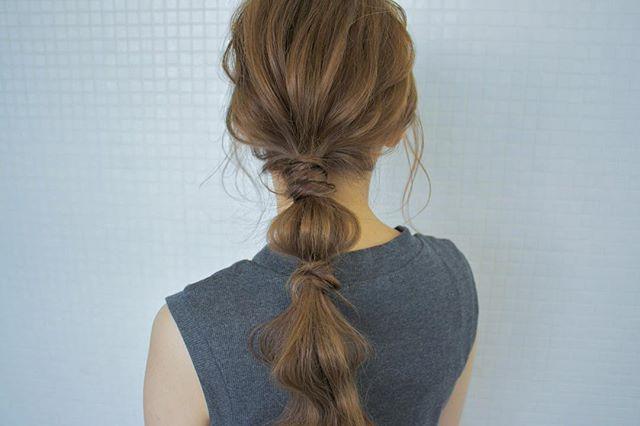 ローポニーテールに簡単ひと手間で作るまとめ髪