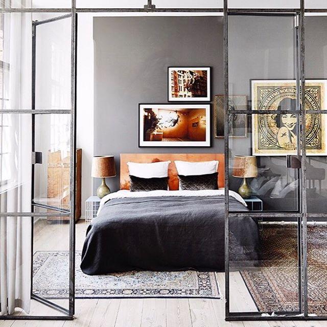 グレイ壁紙がシックなおしゃれ寝室