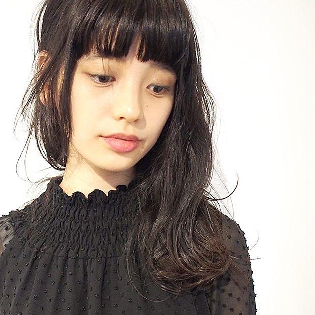 黒髪 ミディアム ストレート 巻き方4