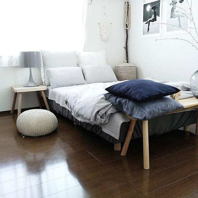 白やグレイを基調としたおしゃれな寝室