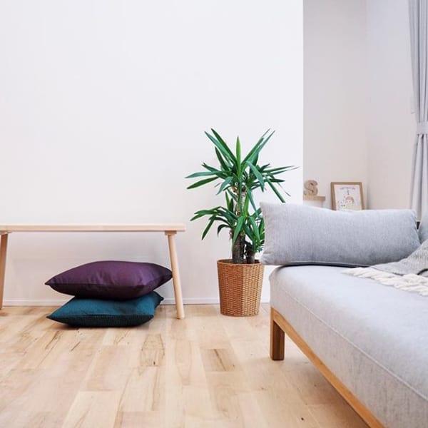 シンプルな居間にも合う渋色クッションカバー