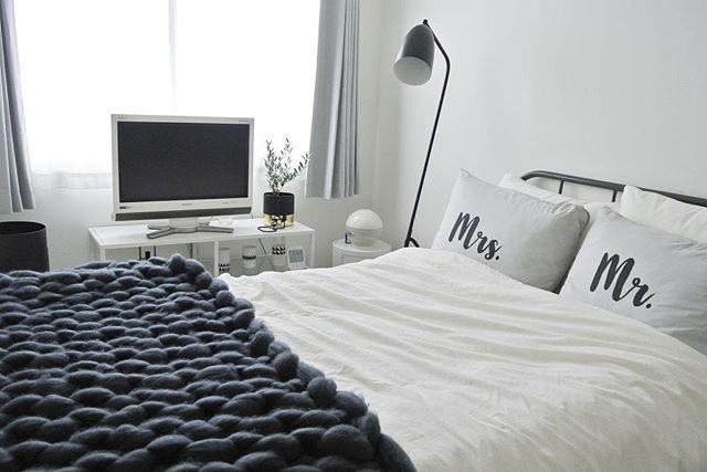 室内装飾を白と黒でまとめたおしゃれな寝室
