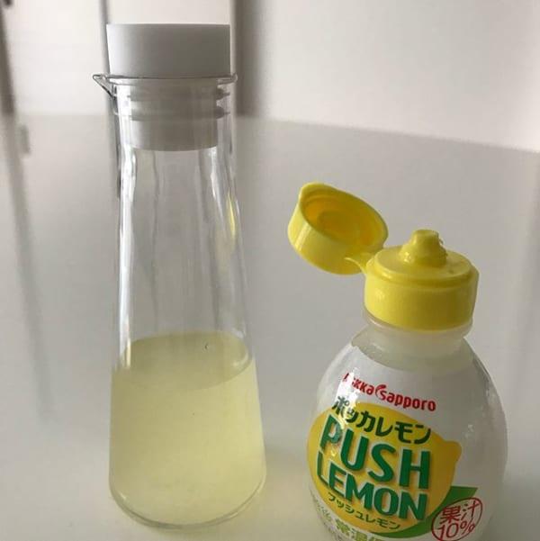 レモン果汁をミニボトルに入れて冷蔵庫に保管