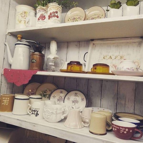 食器をディスプレイしたカフェ風キッチン