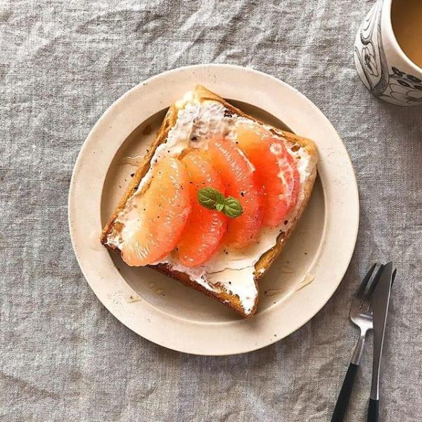 水切りヨーグルトとピンクグレープフルーツトースト