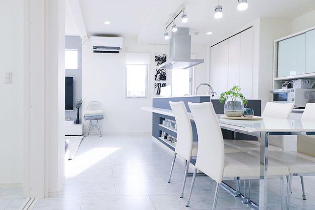 白と灰色でまとめた爽やかで上品な部屋作り