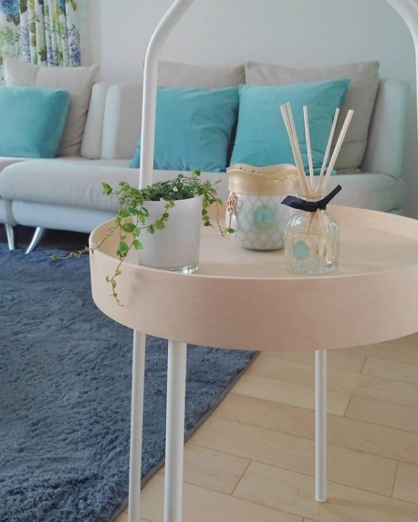 モダンな居間にIKEAのテーブルをプラス