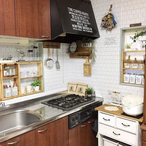シンプルなホワイトタイルのカフェ風キッチン