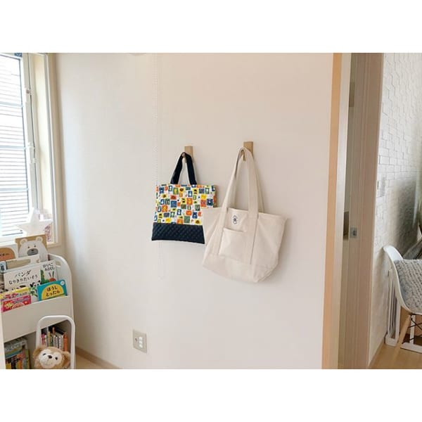 「壁に付けられる家具」のフックでバッグ掛け