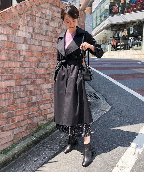 トレンチコート×ドット柄ロングスカート