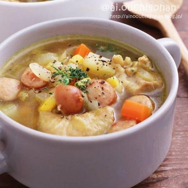 野菜をたっぷり使ったカレーとコンソメスープ