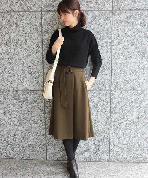 黒ニット×カーキラップ台形スカートコーデ