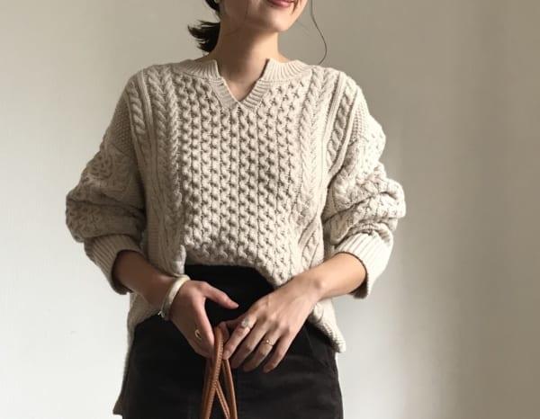 ケーブルキーネックセーター
