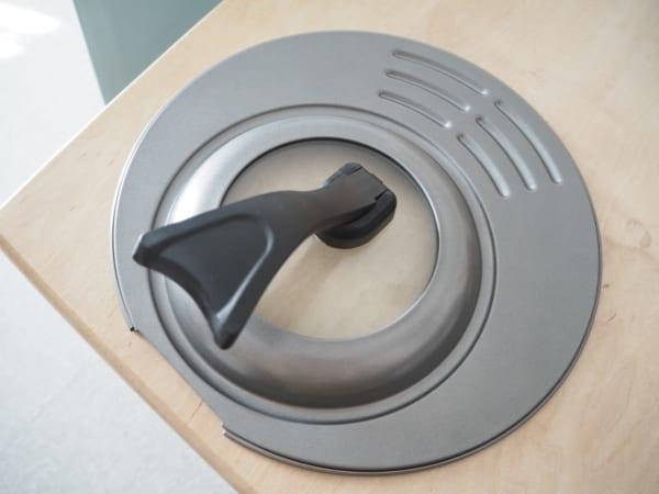 3.省スペースで便利!立つハンドル付きフライパン用フタ