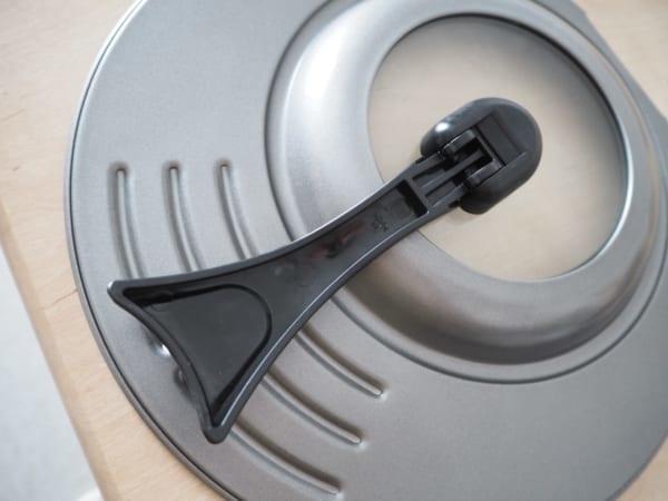 3.省スペースで便利!立つハンドル付きフライパン用フタ2