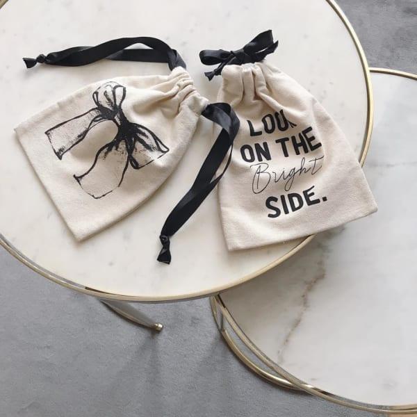 ロゴモチーフきんちゃく袋