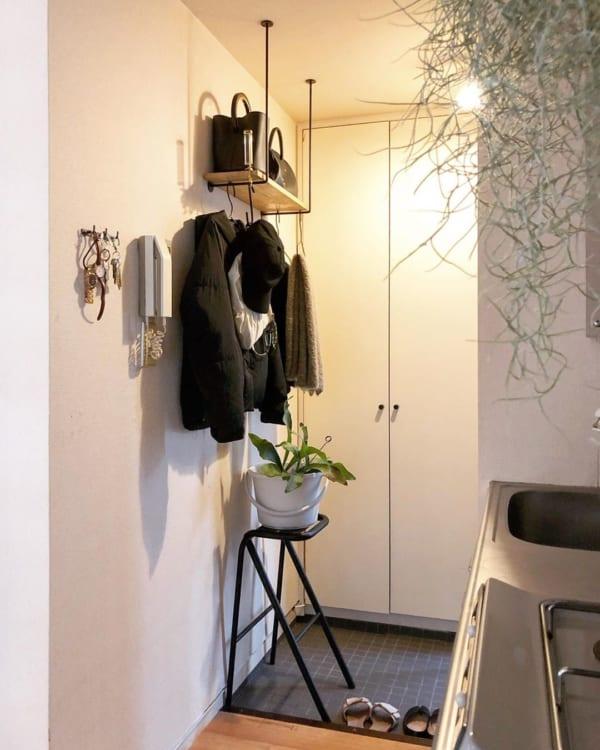 吊り棚で洋服も見せるインテリア