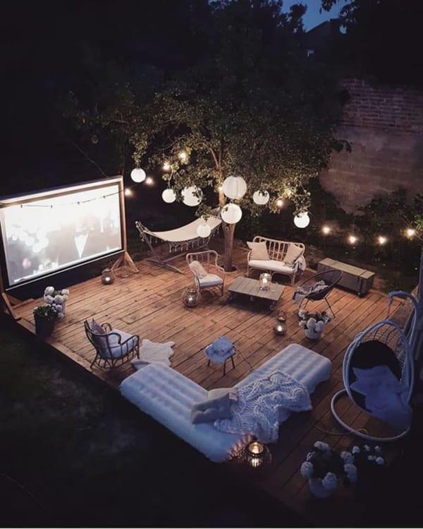 お庭で夜のムービーシアターを