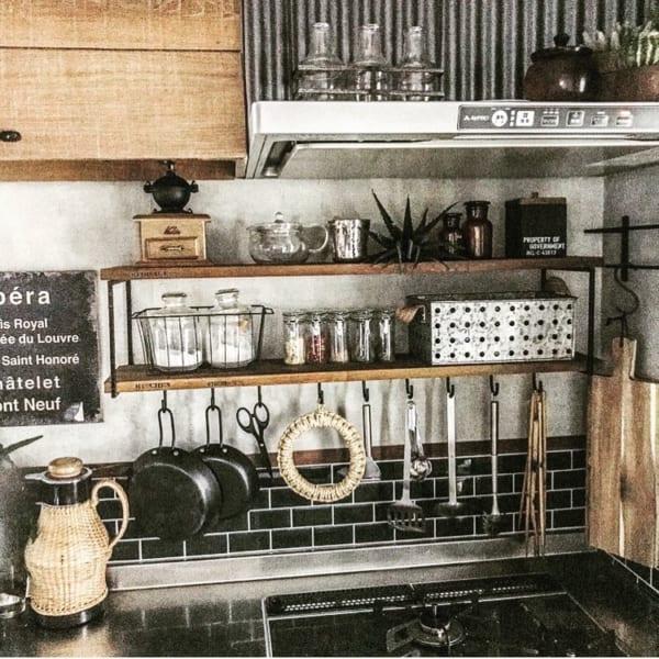 ブラックがおしゃれなキッチンの見せる収納