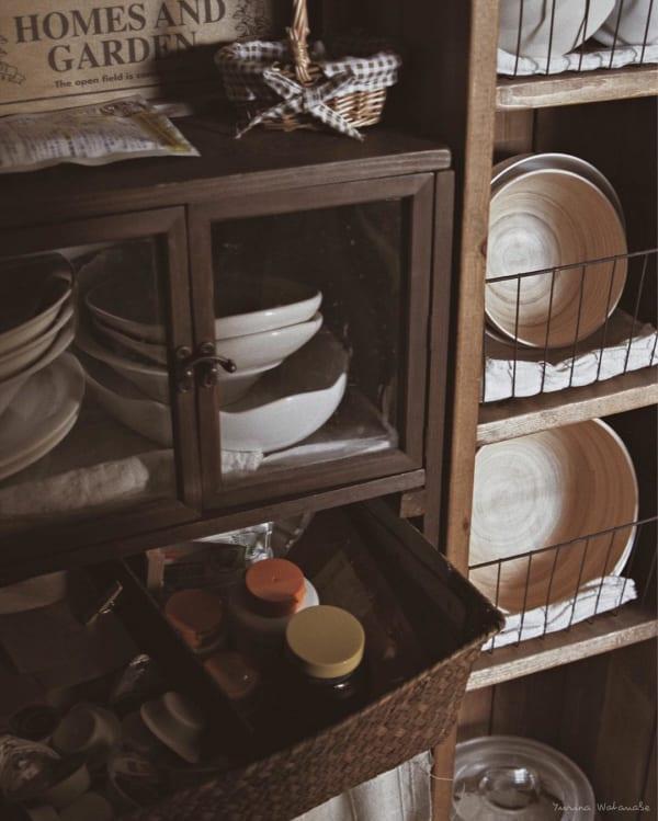 省スペースで食器も見せるカフェ風キッチン