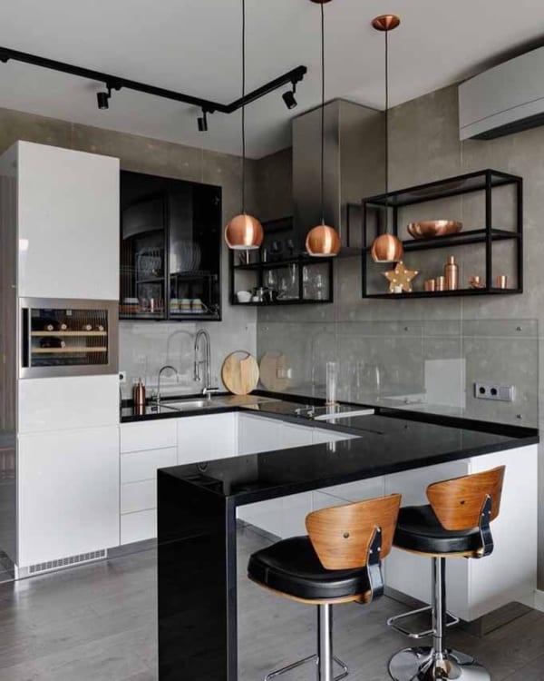ブラック×ブロンズのラグジュアリーなキッチン