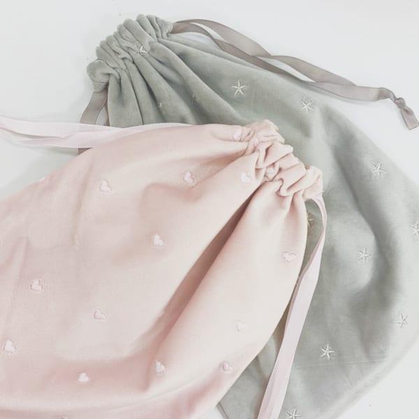 バッグインバッグにも使えるベロア調刺繍ポーチ