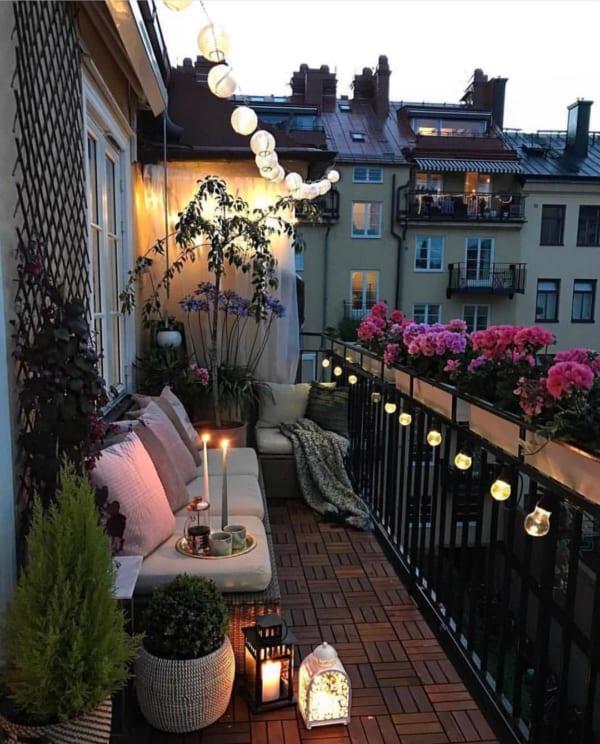 植物に囲まれたロマンティックなアウトドアリビング