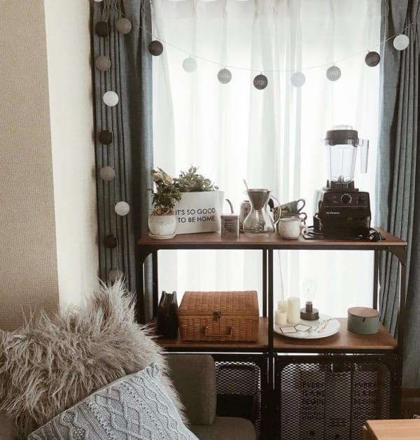 窓に収納家具を置くレイアウト