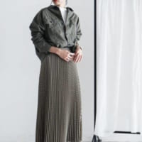 秋色にときめく。女らしさ高まるプリーツスカート