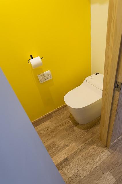 壁の仕上げは、構造用合板。DIYにはうってつけの素材