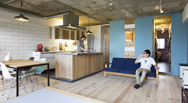 設計者のアドバイスで、色彩豊かで飽きのこない空間が実現。
