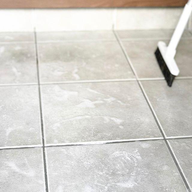 【無印】ほうきで玄関の掃き掃除