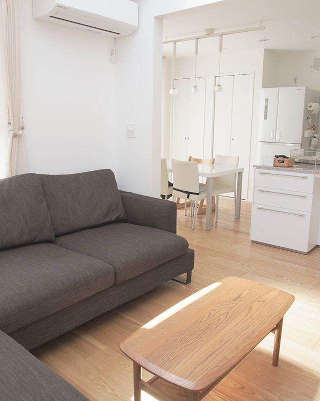 ダークトーンのソファに似合う壁紙の選び方