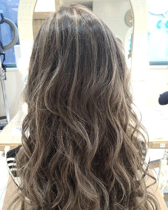 カラーロングヘア 巻き髪アレンジ3