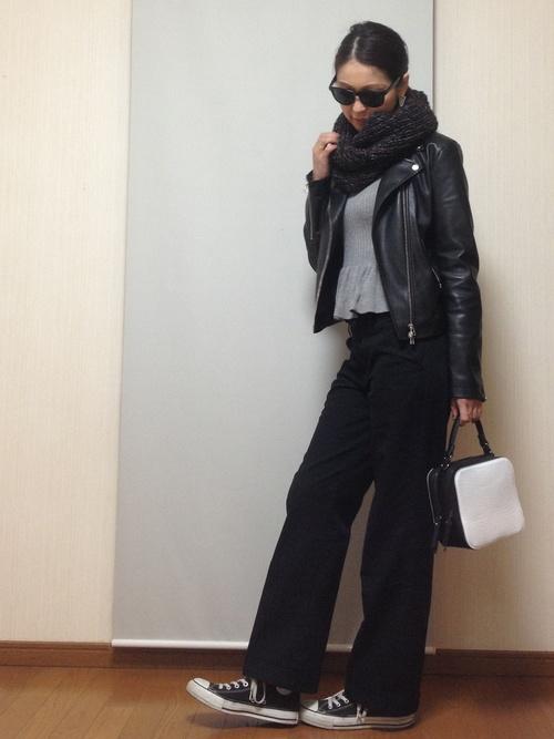 ライダースジャケット×黒ワイドパンツ