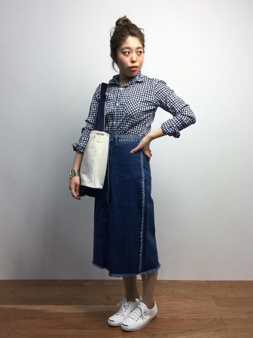 ギンガムシャツ×デニムスカートの春コーデ