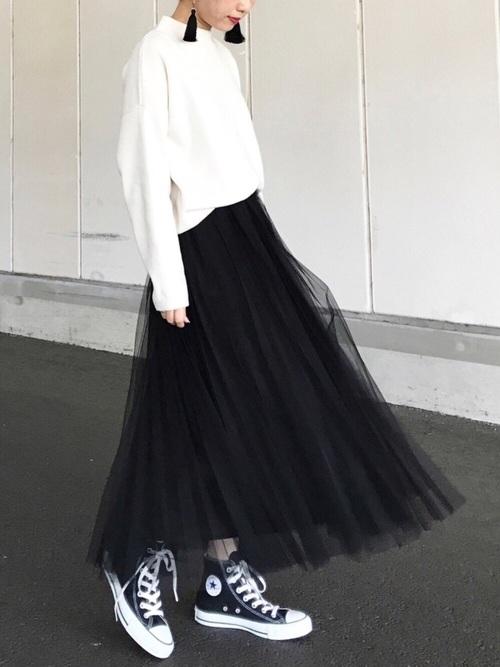 黒スニーカー×チュールスカートの春コーデ