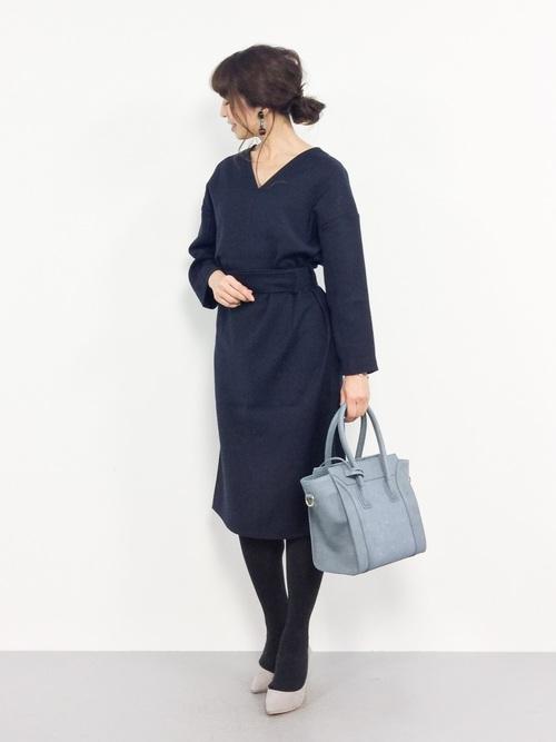 紺ワンピース×大人シンプルな女性向けコーデ