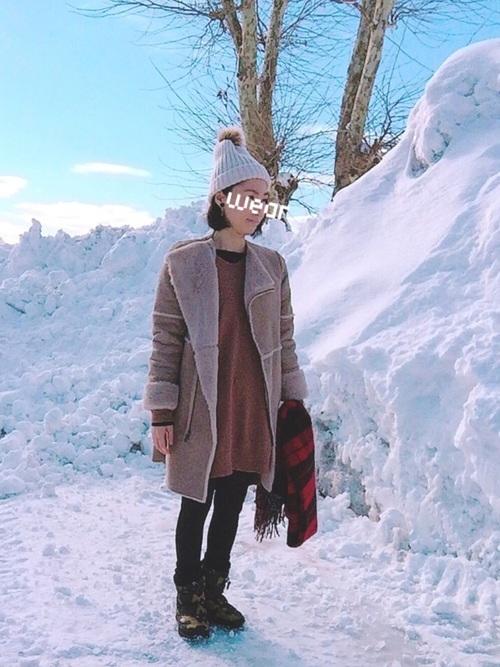 茶ワンピース×ムートンコートの雪の日コーデ