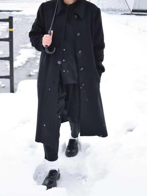 オールブラック×シンプルおしゃれな雪の日コーデ