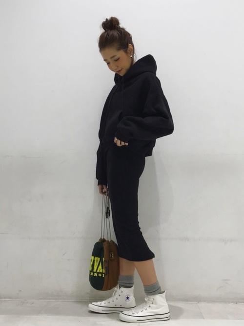 パーカー×黒スカート