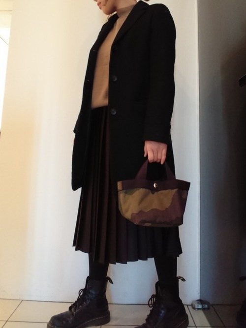 チェスターコート×黒スカート