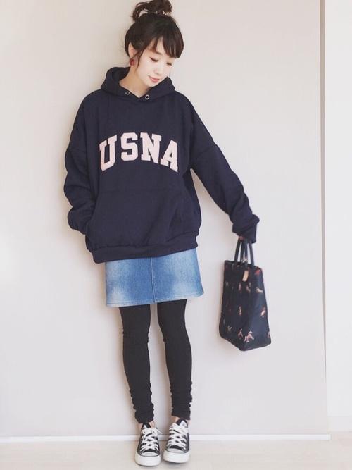 紺パーカー×デニムミニスカートの春コーデ