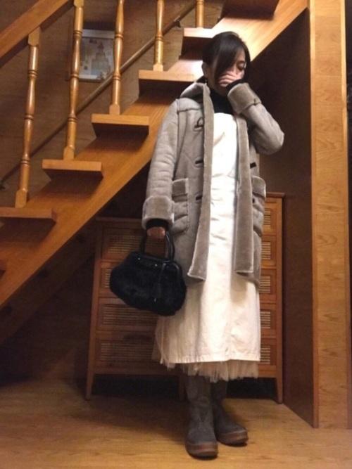 白サロペットスカート×ムートンコートコーデ